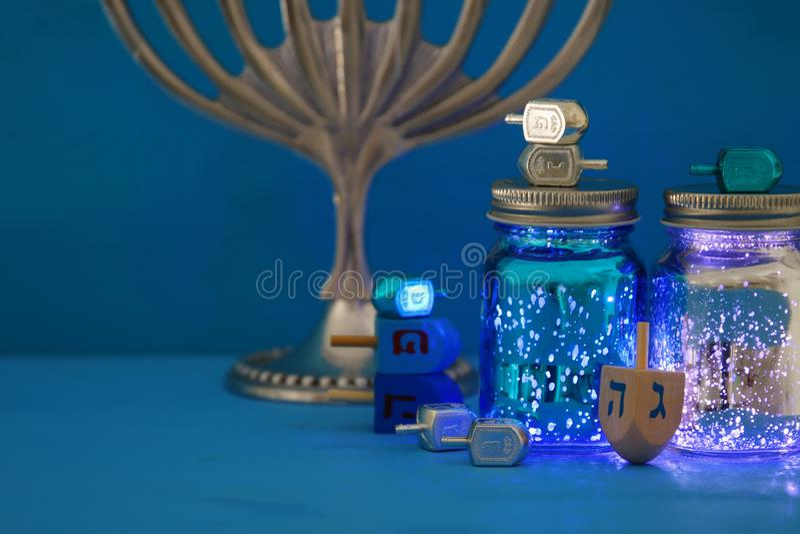 Bild jüdischen Feiertag Chanukka-Hintergrundes mit menorah u. x28; traditionelles candelabra& x29; lizenzfreie stockfotos