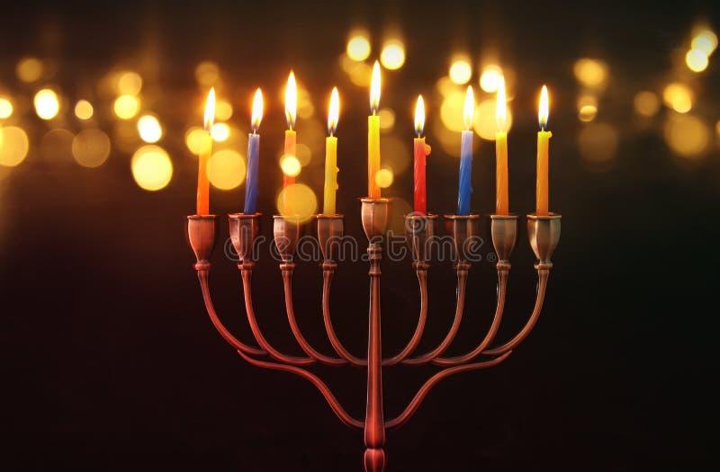 Bild jüdischen Feiertag Chanukka-Hintergrundes mit menorah u. x28; traditionelles candelabra& x29; und brennende Kerzen