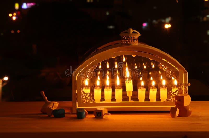 Bild jüdischen Feiertag Chanukka-Hintergrundes mit menorah u. x28; traditionelles candelabra& x29; und brennende Kerzen stockbild