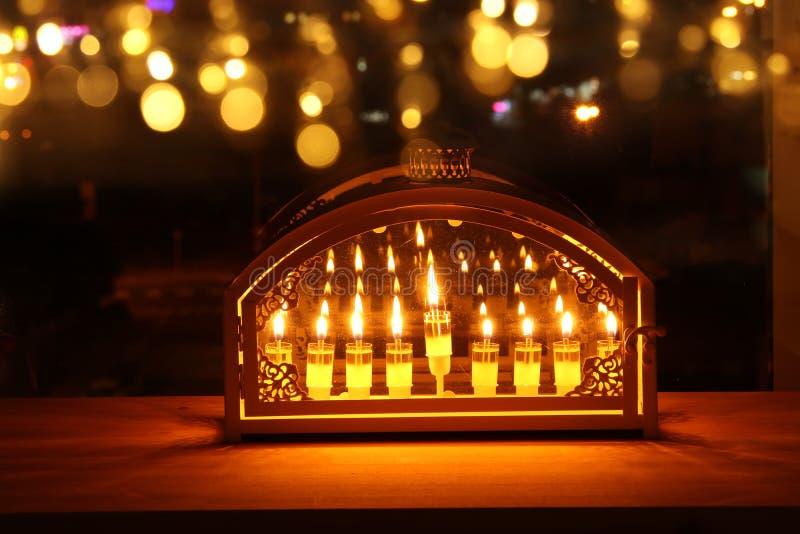 Bild jüdischen Feiertag Chanukka-Hintergrundes mit menorah u. x28; traditionelles candelabra& x29; und brennende Kerzen stockfotografie