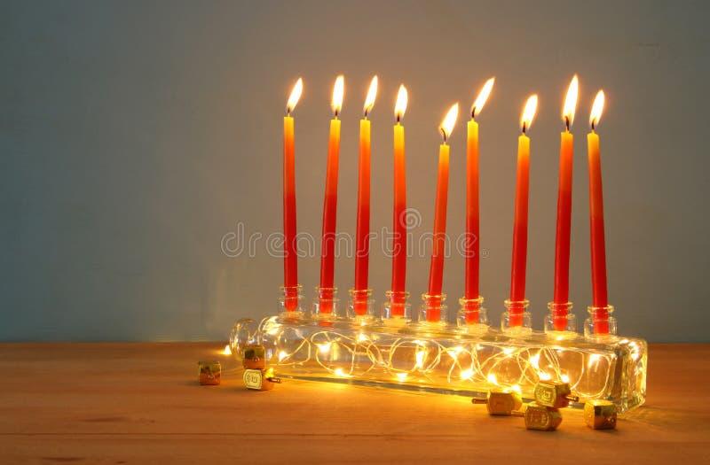 Bild jüdischen Feiertag Chanukka-Hintergrundes mit menorah u. x28; traditionelles candelabra& x29; und Kerzen stockbild
