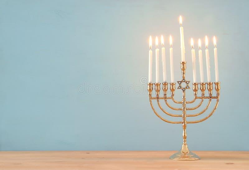 Bild jüdischen Feiertag Chanukka-Hintergrundes mit menorah u. x28; traditionelles candelabra& x29; und Kerzen stockfotos