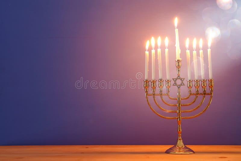 Bild jüdischen Feiertag Chanukka-Hintergrundes mit menorah u. x28; traditionelles candelabra& x29; und Kerzen stockfotografie
