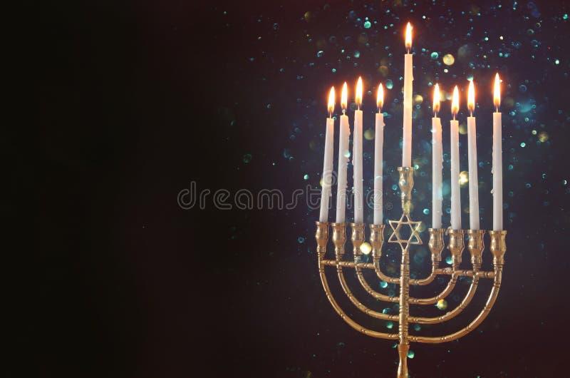 Bild jüdischen Feiertag Chanukka-Hintergrundes mit menorah u. x28; traditionelles candelabra& x29; und Kerzen lizenzfreie stockfotos