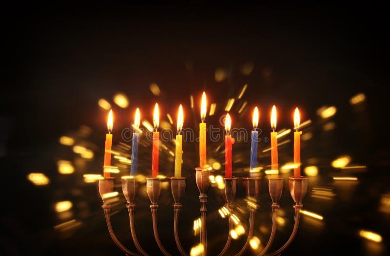 Bild jüdischen Feiertag Chanukka-Hintergrundes mit traditionellem menorah u. x28; traditionelles candelabra& x29; lizenzfreies stockbild