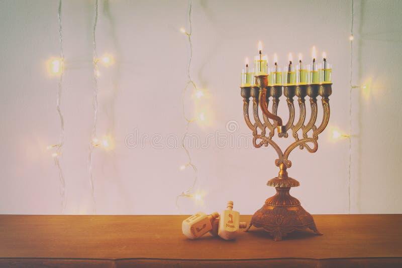 Bild jüdischen Feiertag Chanukka-Hintergrundes mit traditioneller spinnig Spitze, menorah u. x28; traditionelles candelabra& x29; stockfotos