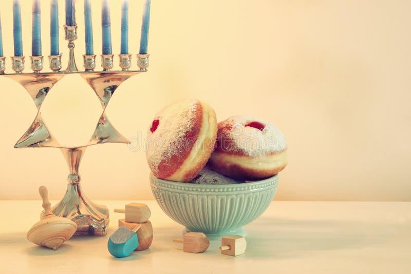 Bild jüdischen Feiertag Chanukka-Hintergrundes mit traditioneller spinnig Spitze, menorah u. x28; traditionelles candelabra& x29; lizenzfreie stockbilder