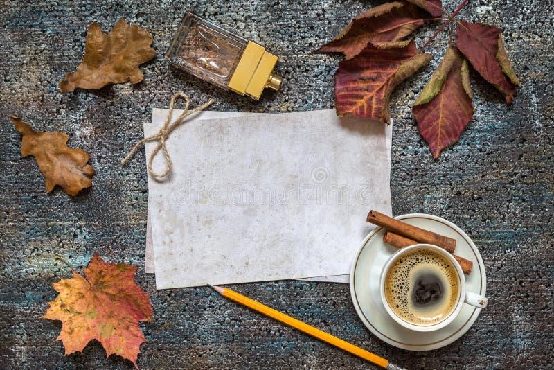 Bild med en kopp kaffe fotografering för bildbyråer