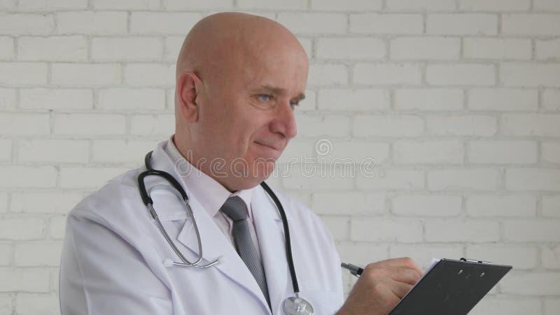 Bild med säker doktor Writing ett medicinskt recept arkivbild