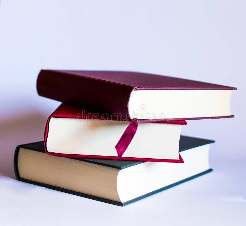 Bild mit Büchern und Gläsern auf weißem Hintergrund lizenzfreie stockbilder