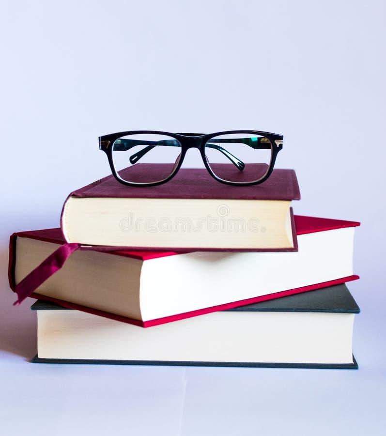 Bild mit Büchern und Gläsern auf weißem Hintergrund stockfotos