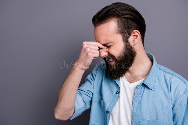 Bild på profilsidan av frustrerad kille som får influensavirus kan ha hög trycktemperatur och migrän royaltyfri foto