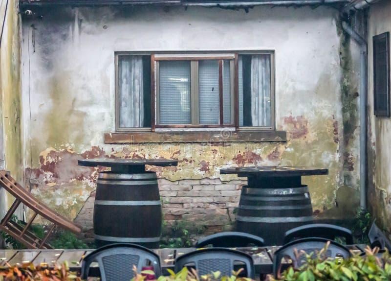 Bild som beskriver detaljen av ett gammalt hus F?nstret Bakgrund arkivbild