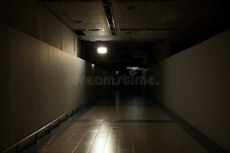 Bild vom dunklen Tunnel der Außenhintergrund-Reihe stockbild