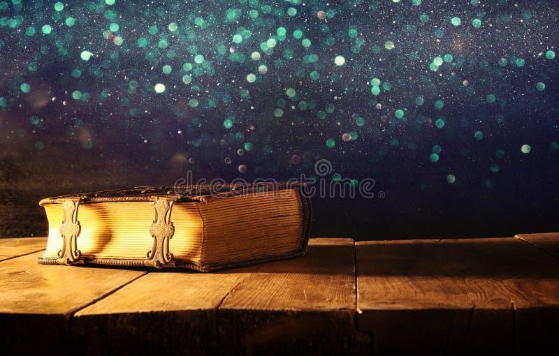 Bild von antiken Büchern, mit Messingverschlüssen mittelalterlicher Zeitraum der Fantasie und religiöses Konzept stockfotos