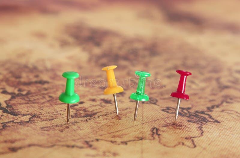 Bild von den Stiften befestigt zur Karte, Standort oder Reiseziel zeigend Selektiver Fokus stockfoto