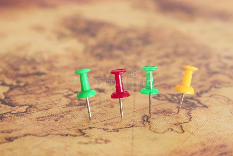 Bild von den Stiften befestigt zur Karte, Standort oder Reiseziel zeigend Selektiver Fokus lizenzfreies stockbild