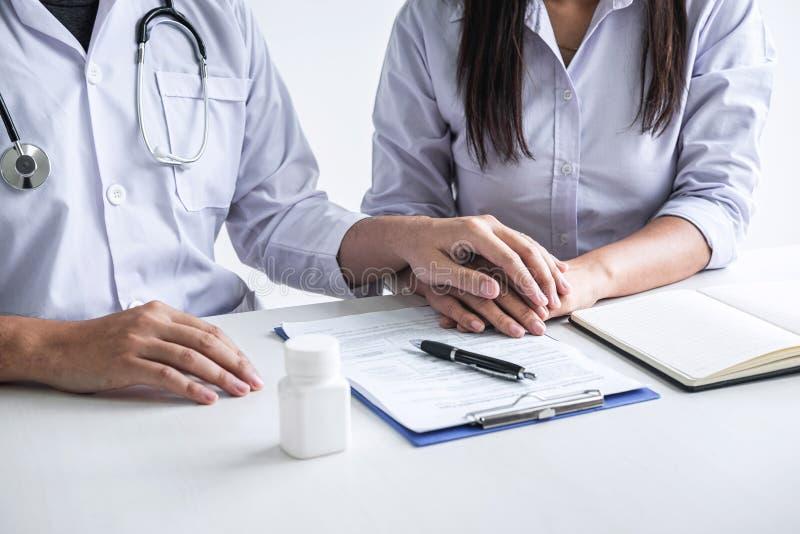 Bild von Doktor die Hand des Patienten halten, um anzuregen, sprechend mit dem geduldigem Zujubeln und Unterstützung, Gesundheits lizenzfreies stockbild