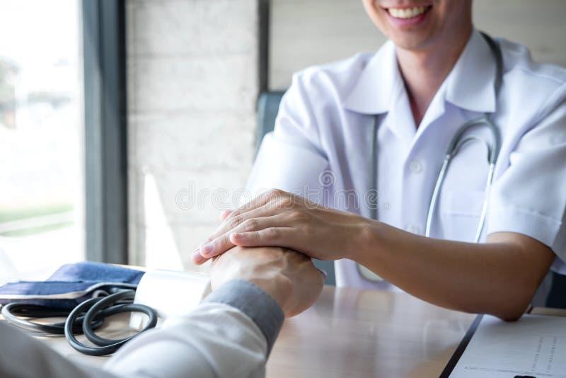 Bild von Doktor die Hand des Patienten halten, um anzuregen, sprechend mit dem geduldigem Zujubeln und Unterst?tzung lizenzfreies stockfoto