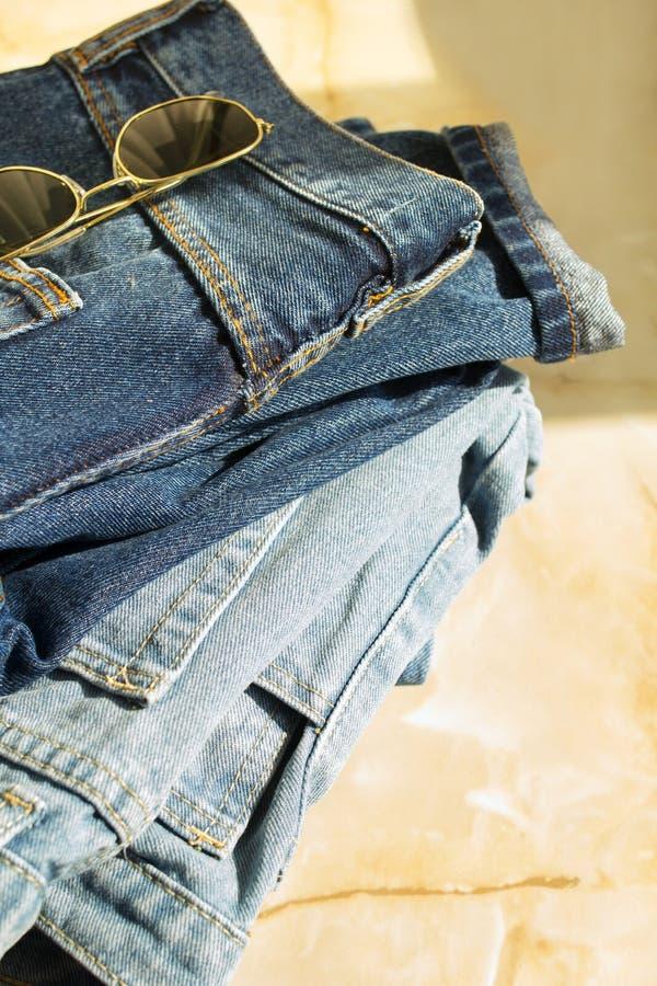 Bild von drei Jeans mit Gläsern auf hellem Hintergrund lizenzfreie stockbilder