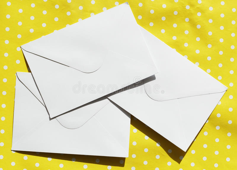 Bild von drei weißen Umschlägen stockfotos