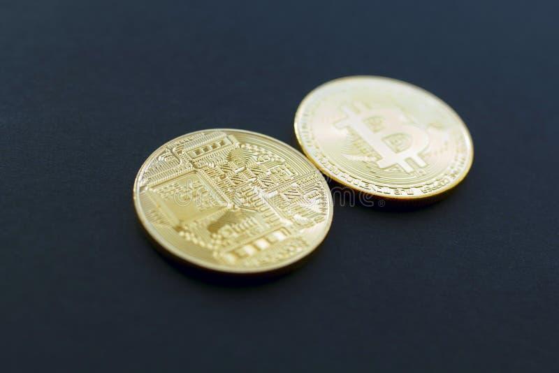 Bild von Gold-bitcoin über schwarzem Hintergrund stockfoto