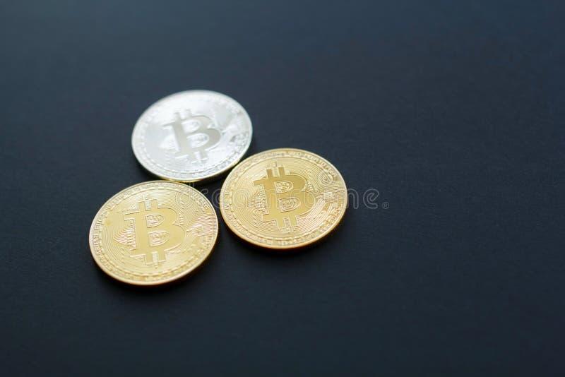 Bild von Gold-bitcoin über schwarzem Hintergrund Digital-Geldbetrug stockbilder