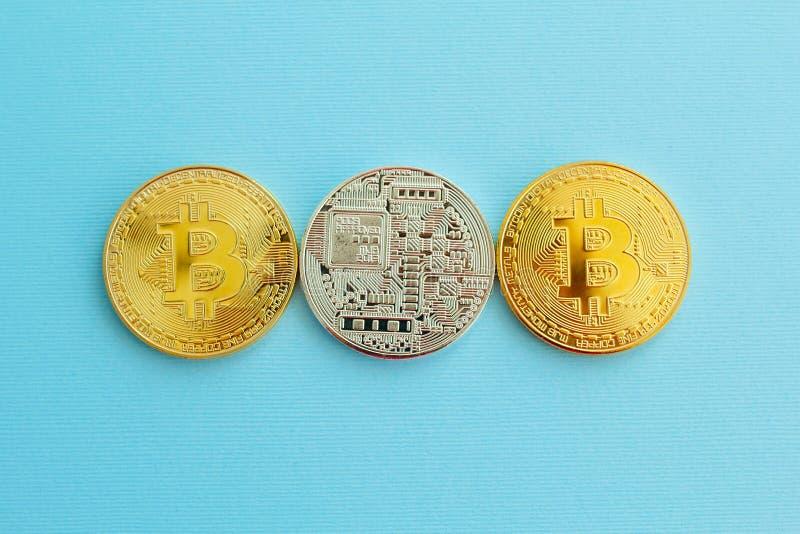 Bild von Gold-drei bitcoin über blauem Hintergrund Digital-mone stockfotos