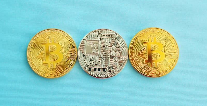 Bild von Gold-drei bitcoin über blauem Hintergrund Digital-mone lizenzfreie stockfotos