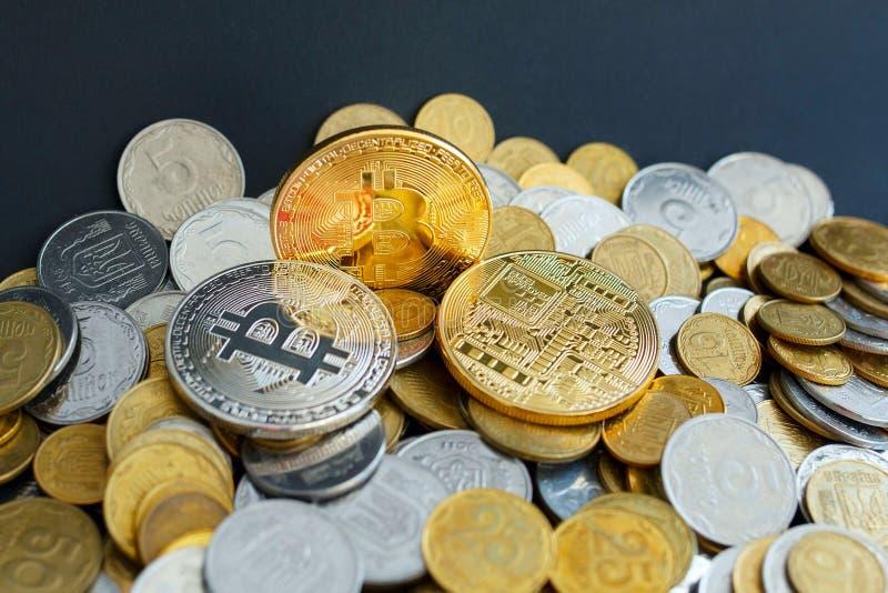 Bild von Gold-drei bitcoin über goldenem Geld Digital-Geld c lizenzfreie stockbilder