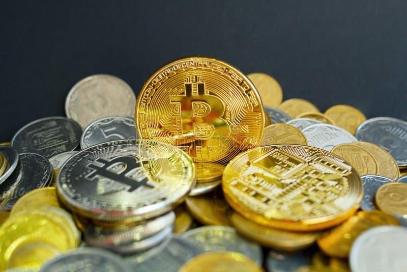 Bild von Gold-drei bitcoin über goldenem Geld Digital-Geld c stockfotografie