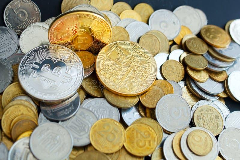 Bild von Gold-drei bitcoin über goldenem Geld Digital-Geld c lizenzfreie stockfotografie