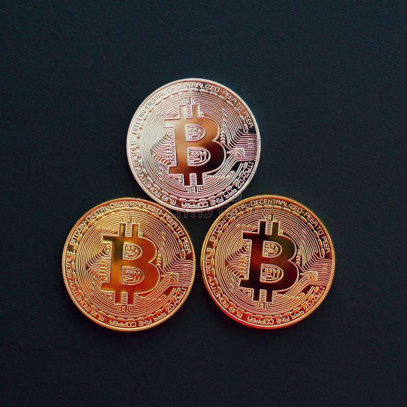Bild von Gold-drei bitcoin über schwarzem Hintergrund Digital Montag stockfoto