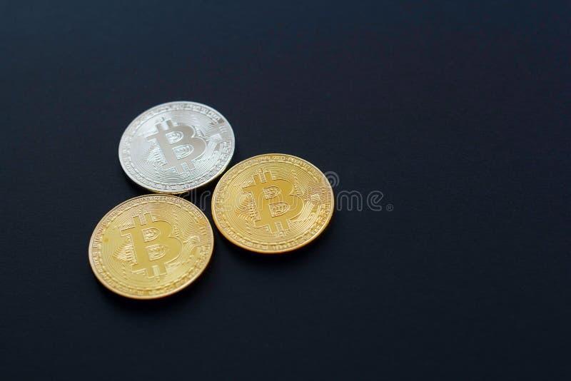 Bild von Gold-drei bitcoin über schwarzem Hintergrund Digital Montag lizenzfreies stockfoto
