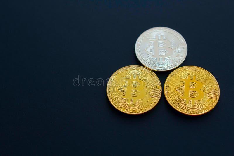 Bild von Gold-drei bitcoin über schwarzem Hintergrund Digital Montag stockfotografie