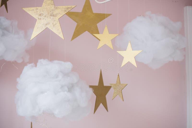 Bild von hübschen Sternen und von Wolken, die Dekoration für Kinder hängen lizenzfreie stockfotografie