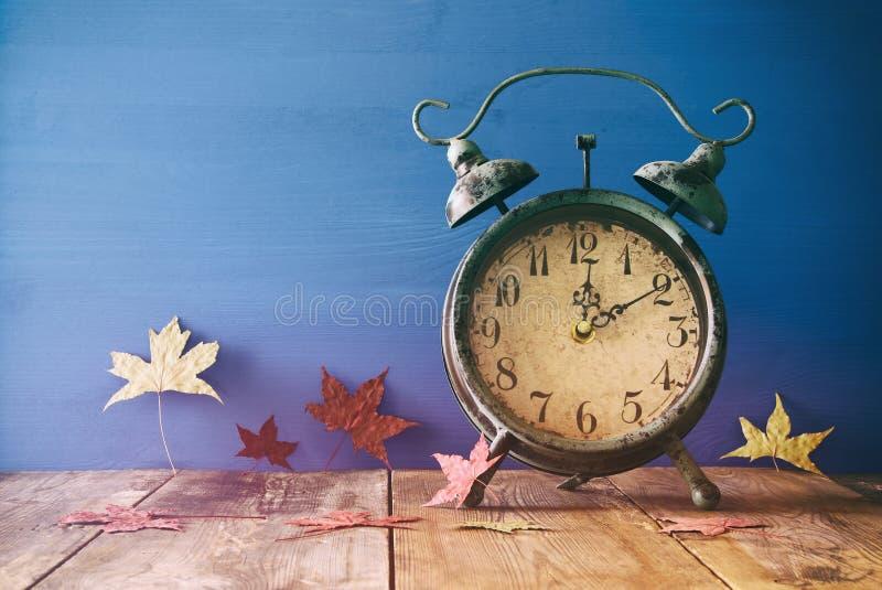 Bild von Herbst Zeitumstellung Zurück fallen Konzept stockfotos
