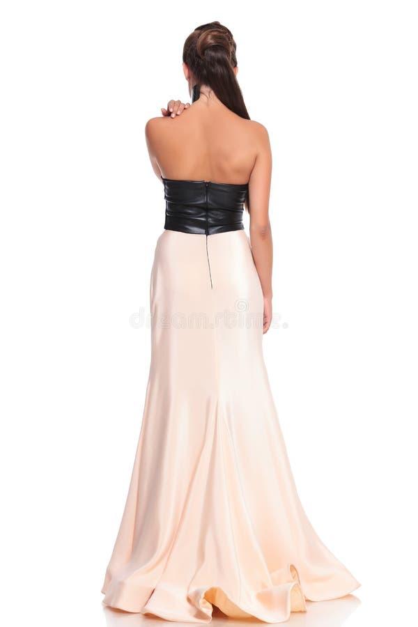 Bild von hinten einer jungen Frau im schönen Kleid stockbild
