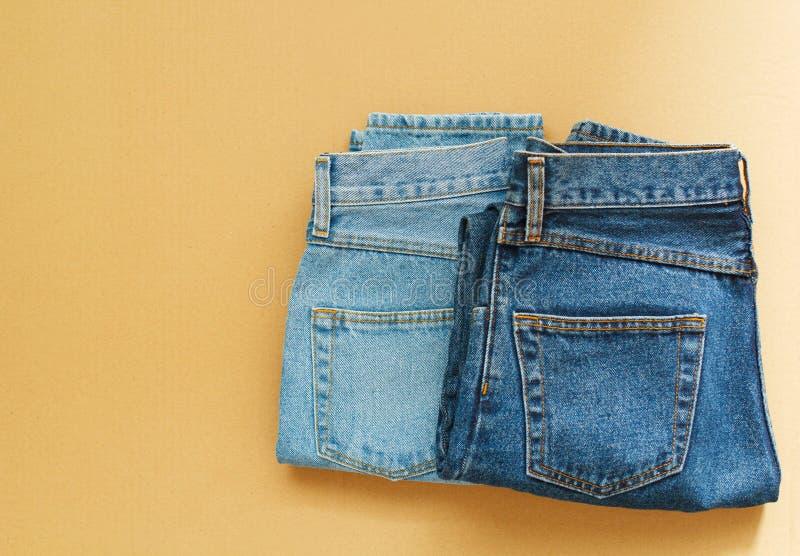 Bild von Jeans auf hölzernem Hintergrund des Handwerks lizenzfreies stockfoto