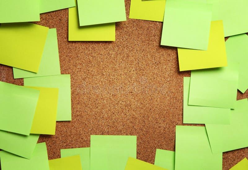 Bild von leeren grünen und gelben klebrigen Anmerkungen über Korkenbulletin BO stockfoto
