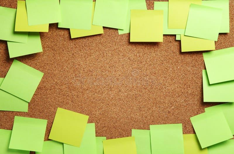 Bild von leeren grünen und gelben klebrigen Anmerkungen lizenzfreies stockbild