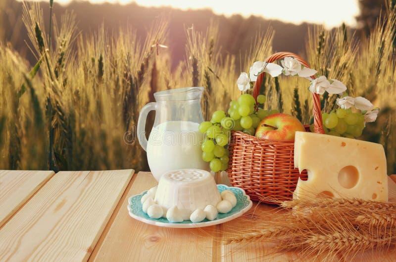 Bild von Milchprodukten und Früchten stockbilder