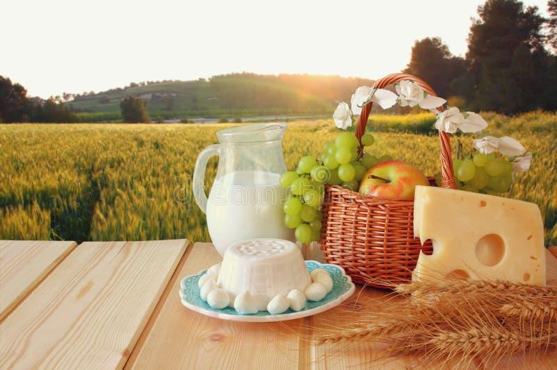 Bild von Milchprodukten und Früchten stockfotos