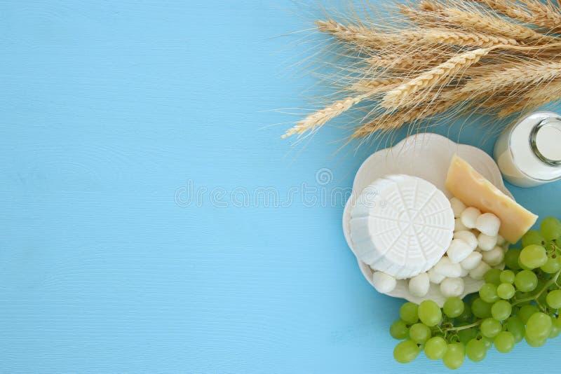 Bild von Milchprodukten und Früchten Symbole des jüdischen Feiertags - Shavuot stockbild