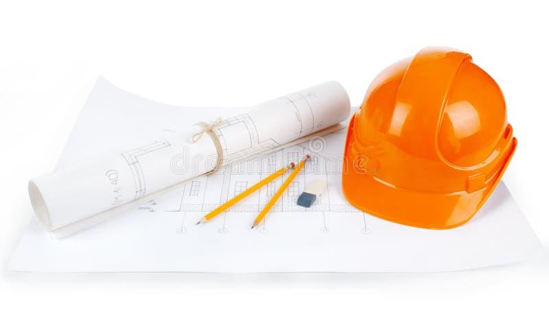 Bild von Plänen mit waagerecht ausgerichtetem Bleistift und Schutzhelm auf Tabelle stockfotos
