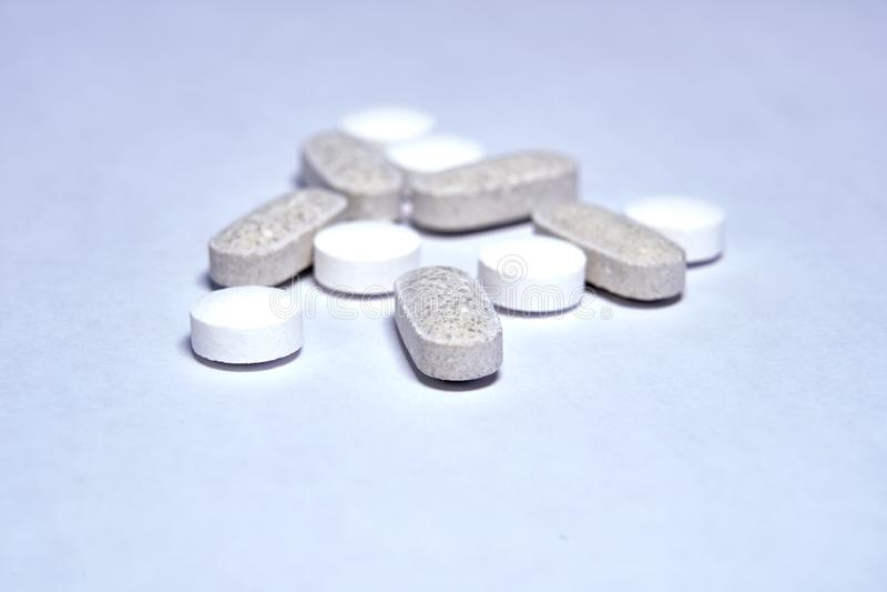 Bild von sortierten Gesundheits-Pillen stockbilder