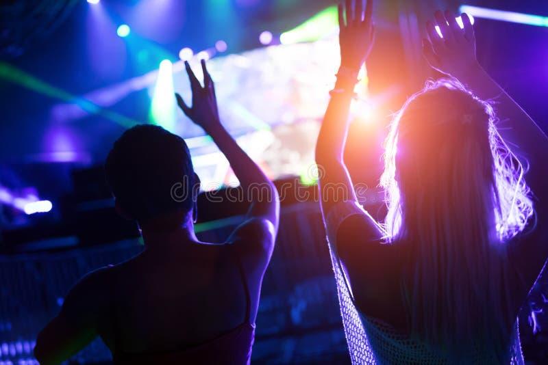 Bild von Tanzenleuten am Musikfestival lizenzfreie stockbilder