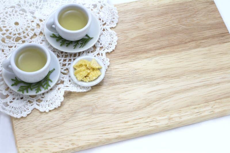 Bild von Tassen Tee und Snack mit hölzernem Hintergrund lizenzfreies stockbild