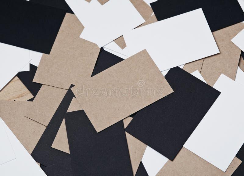 Bild von weißen, Schwarzen und Handwerksvisitenkarten auf hölzerner Tabelle lizenzfreies stockfoto
