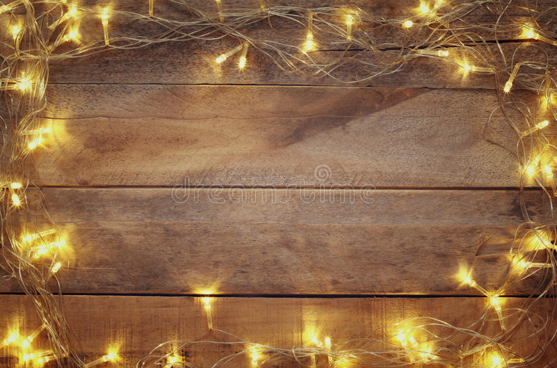 Bild von Weihnachtswarmen Goldgirlandenlichtern lizenzfreies stockbild